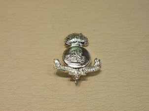 Northumberland Fusiliers white metal brooch - Click Image to Close